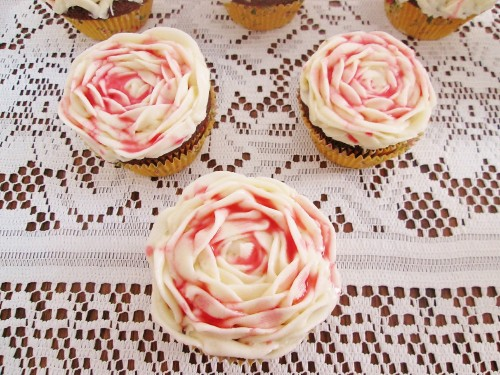 alice-in-wonderland-painted-rose-cupcakes-d-0369